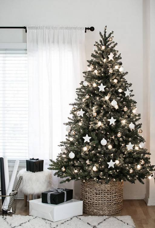 Christmas tree decorated with white and blue decorations