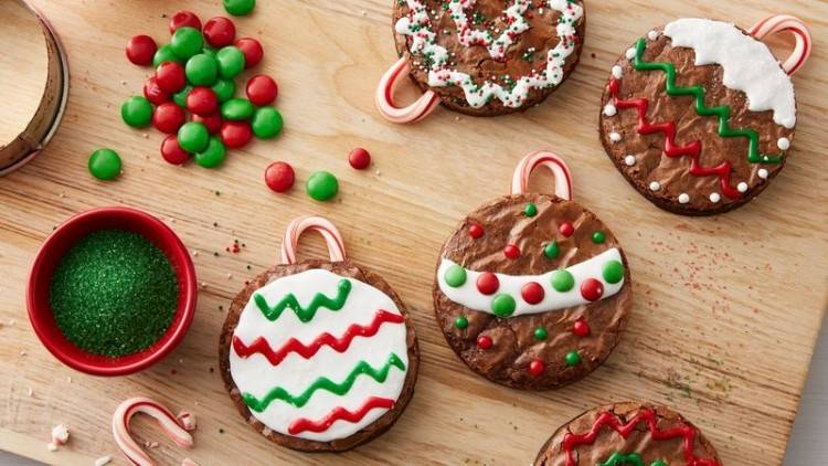 Martha Stewart Christmas cupcakes with gingerbread cookies on top