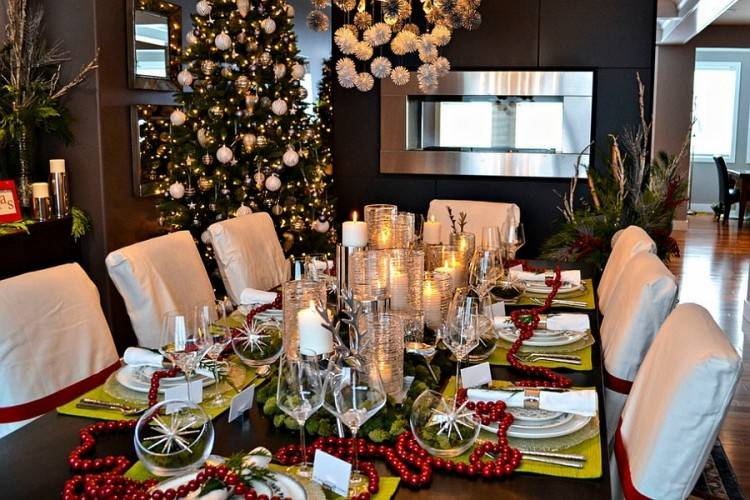 Simple and effective way to decorate the dining space this Christmas  [Design: Jill Asher